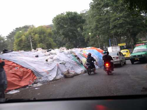 Tumpukan sampah di depan Kebun Binatang